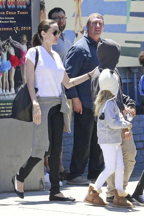 Brad Pitt y Angelina Jolie llevan a los chicos a patinar sobre hielo.