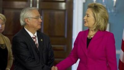 El canciller guatemalteco Haroldo Rodas y la secretaria de Estado de EU,...
