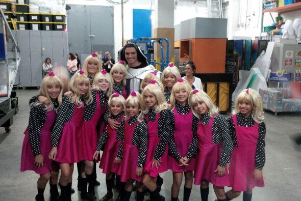 """El actor Julián Gil posa con un grupo de niñas caracterizadas como """"La C..."""