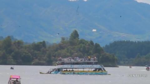 El momento del naufragio de un barco turístico en Colombia
