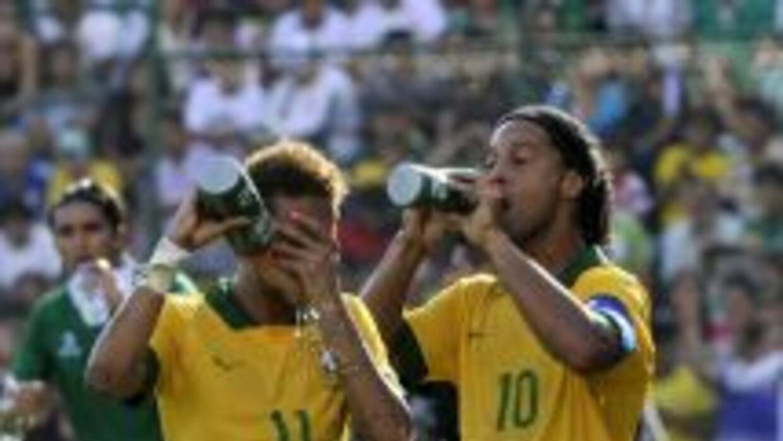 Ronaldinho y Neymar volverán a estar juntos vistiendo la 'Canarinha'.