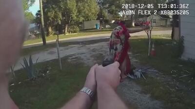Un hombre saltó por una ventana envuelto en una cobija para intentar huir de la policía