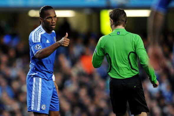 Drogba era el único hombre de ataque en el cuadro inglés y en cada ocasi...