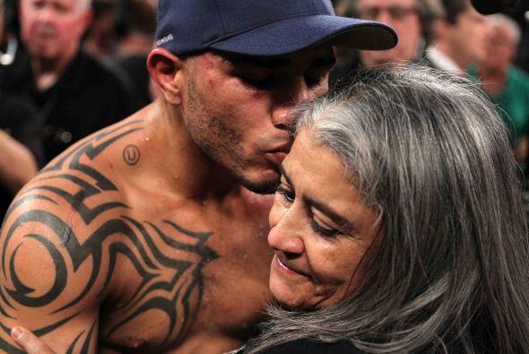 Miguel Cotto no perdió tiempo y de inmediato agradeció a Juana, su madre...