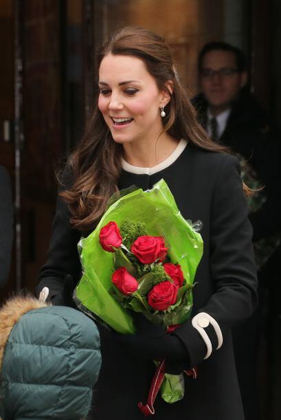 En cambio Kate, era todo sonrisas, recibía el saludo y las flores...