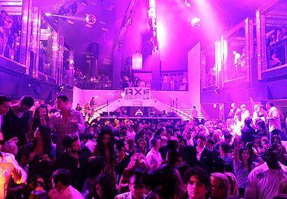 El escenario del LIV Nightclub en el Hotel Fontainebleau Miami Beach est...