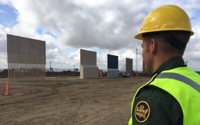 El agente fronterizo Shane Crottie observa los prototipos del muro const...