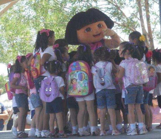 De pronto la gran estrella del evento llegó a sorprender a niños y grand...