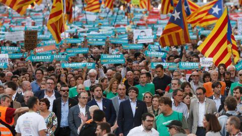 El presidente del gobierno catalán, Carles Puigdemont, acompa&nti...