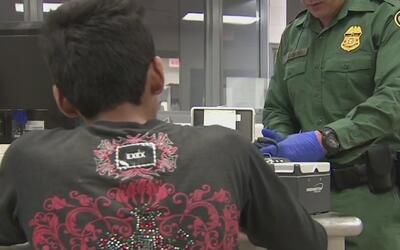 ICE anuncia una iniciativa que busca arrestar a inmigrantes involucrados...
