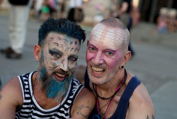 En Barcelona, un par de jóvenes pintaron su rostro y posan para la fotog...