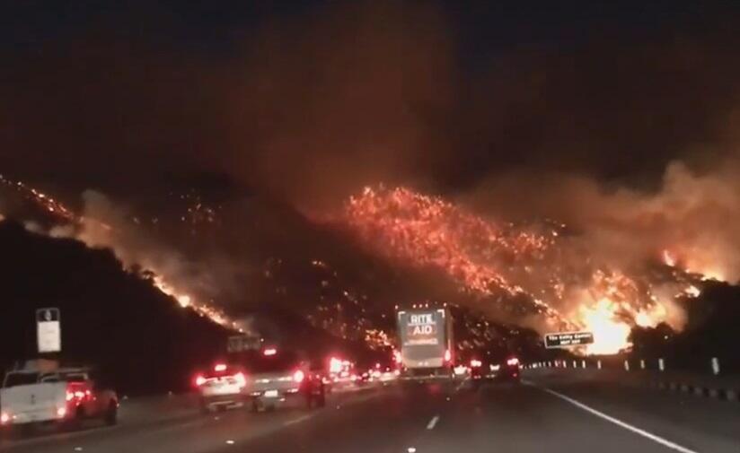 Imagen de una montaña adyacente a la carretera 405 que ardía por el fueg...
