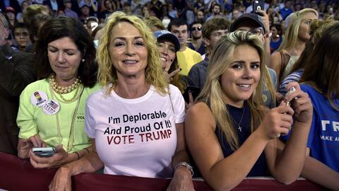 Seguidoras de Trump vitorean al candidato mientras habla en High Point U...