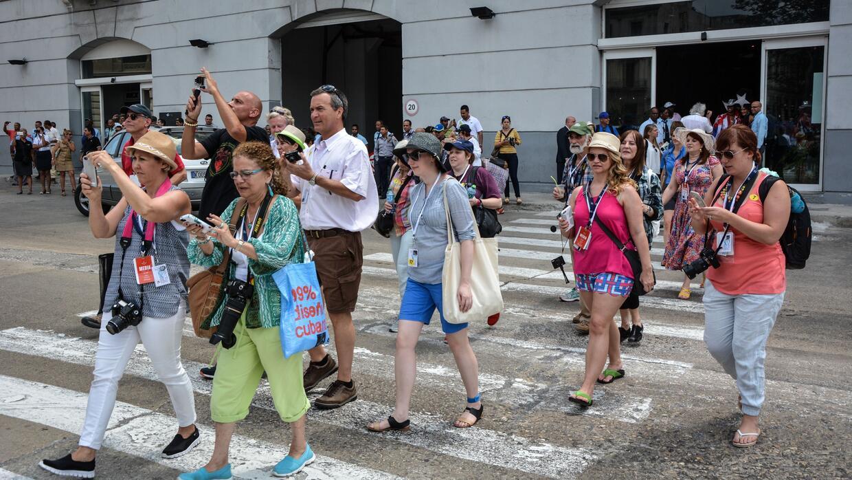 Una manada de turistas que acaban de desembarcar del crucero Adonia, el...