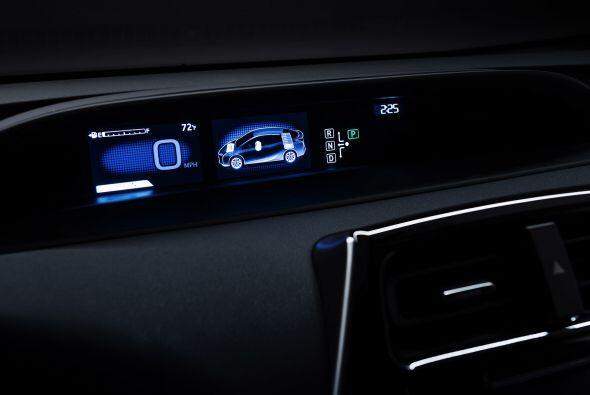 El interior, cuenta con una instrumentación completamente digital y una...