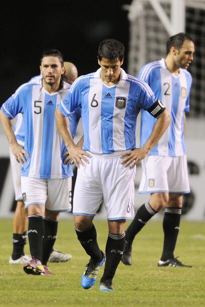 Los jugadores del seleccionado argentino dejan la cancha de Belem tras l...