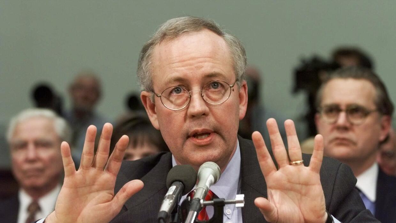 Kenneth Starr en noviembre de 1988 testificando ante el comité del Congr...