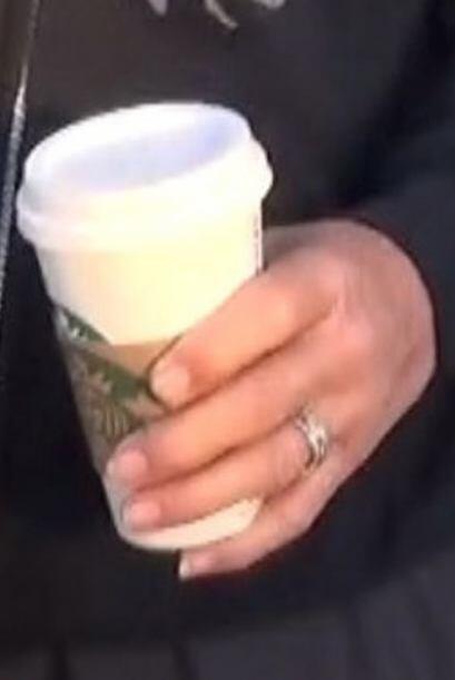 ¡Todavía está usando su anillo de casado!