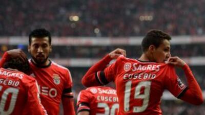 Rodrigo festeja su gol mostrando el nombre de Eusébio en su playera, tal...