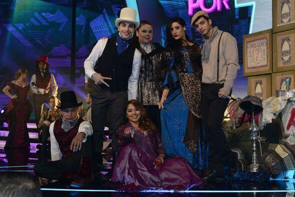 El equipo de Dulce María listo para lucirse en el escenario.