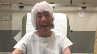 Someten a Manuel 'El Loco' Valdés a una cirugía de casi 6 horas para extirparle un segundo tumor