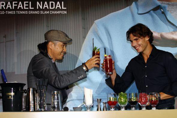 Al más puro estilo Tom Cruise en 'Cócktel', el tenista demostró sus dote...