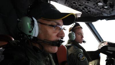 Retoman inspección para hallar restos del avión de Malaysia