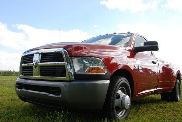 La Dodge Ram3500 que probamos era el modelo base y su precio era de $36,...