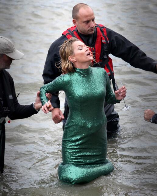 Kate Moss bebe y fuma dentro del mar.