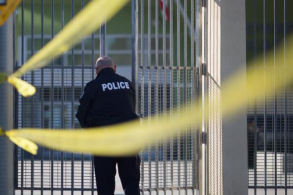 Un policía cierra un centro del Distrito Escolar Unificado de Los Ángeles