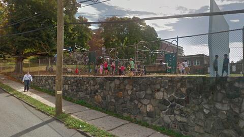 Vista del patio de una de las escuelas cerradas, la Intermedia Washingto...