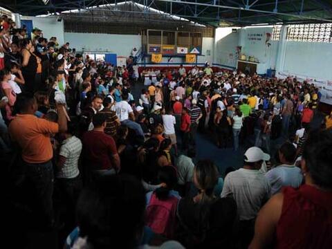 Cientos de personas acudieron al modesto gimnasio ubicado en el poblado...