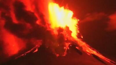 Lava ardiente y cenizas en los cielos volcán Villarrica en Chile
