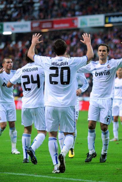 Con su dosis de emoción, el Real Madrid mantuvo el primer lugar de la Li...