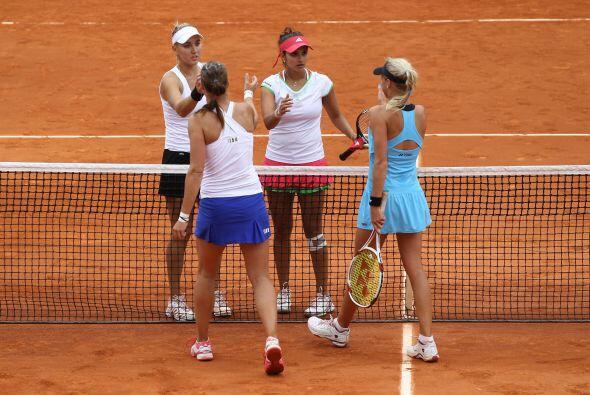 En la final de dobles femeniles, Andrea Hlavackova y Lucie Hradecka se i...
