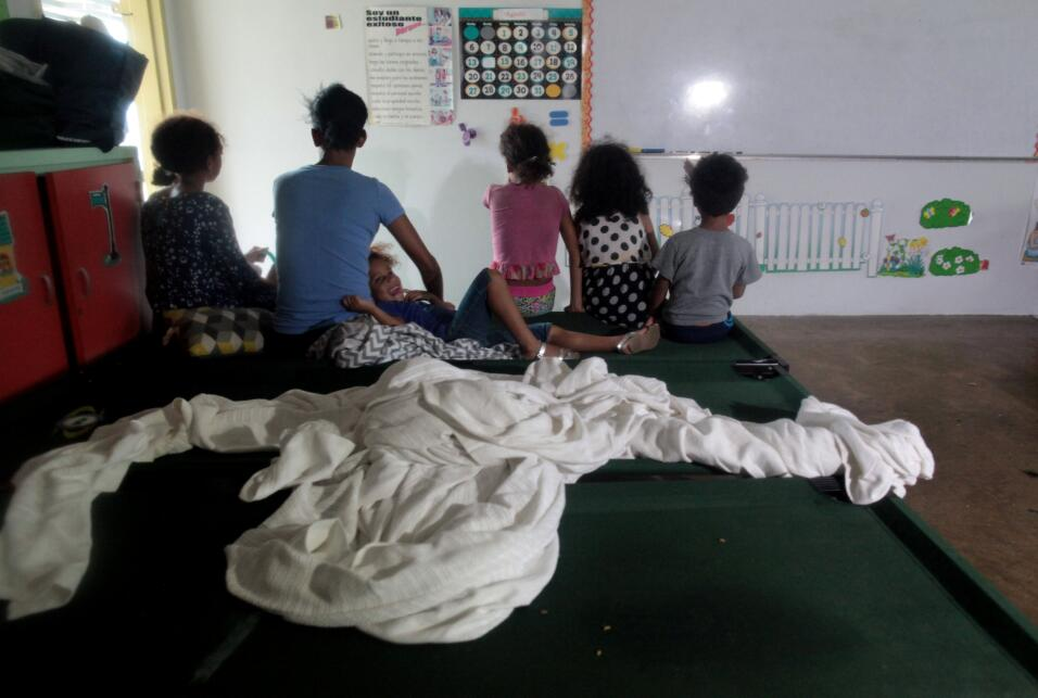 Estas personas buscaron refugio en una escuela pública en Fajardo...