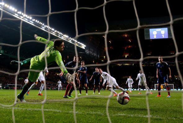 Wayne Rooney fue la figura del partido al marcar dos goles para los ingl...