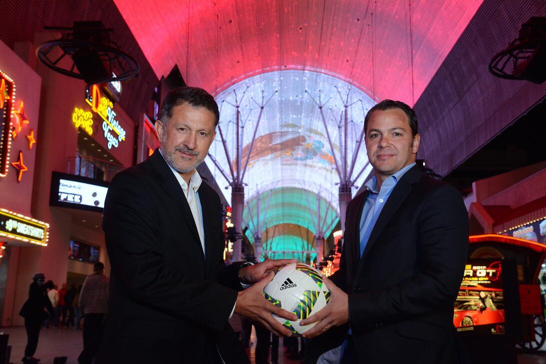 Juan Carlos Osorio y la bandera mexicana más grande del mundo