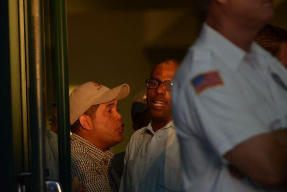 Pero el Cónsul de Venezuela en esta ciudad se acercó a la puerta. Era ho...