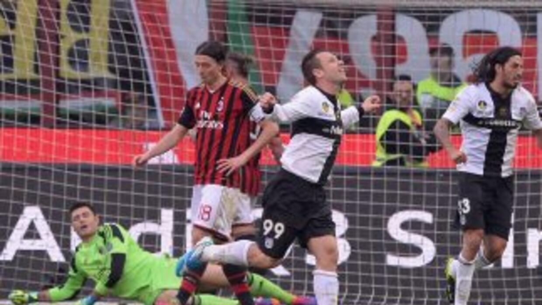 Cassano, ex jugador del Milan, marcó dos de los tres tantos que permitió...