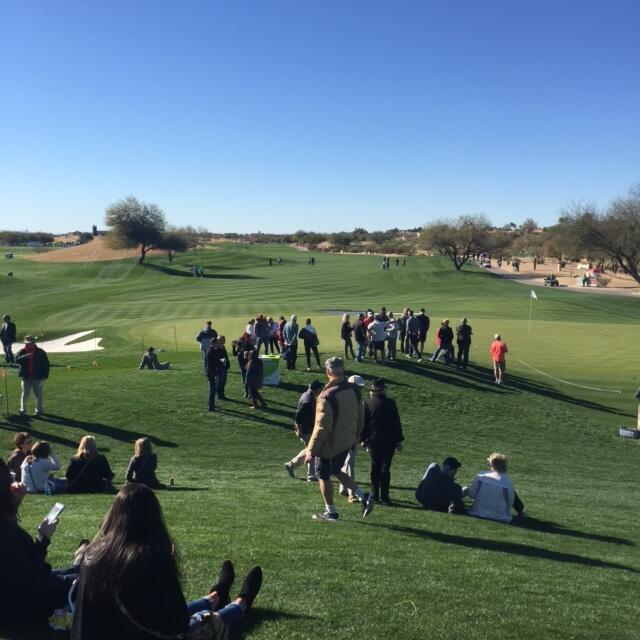 Miles de fanáticos disfrutan de los mejores jugadores de golf, y de much...