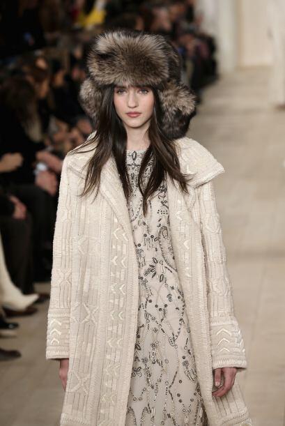 También funciona  sobre un vestido decorado con pedrería y un suéter abi...