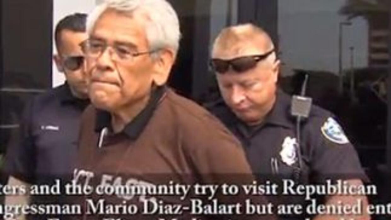 El sindicalista Eliseo Medina es arrestado por un policía de El Doral, M...