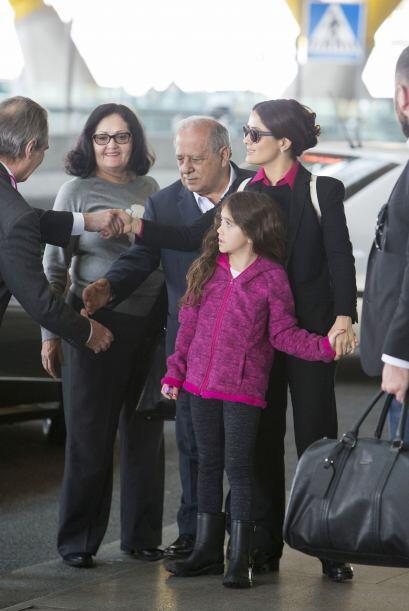 ¡Ay, te dejo Madrid! La veracruzana no soltó de la mano a su pequeña Val...