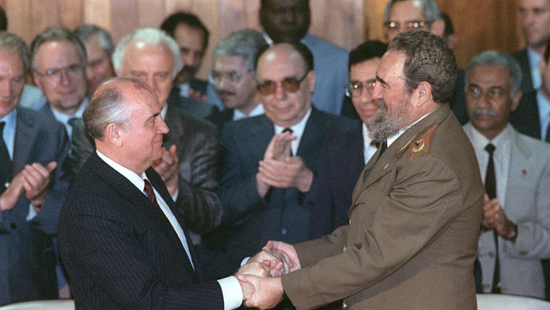 El exmandatario cubano Fidel Castro y el ex secretario general del Parti...