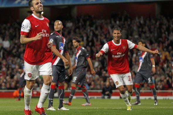 El capitán de los 'Gunners', Cesc Fábregas, inició la goleada de su equi...