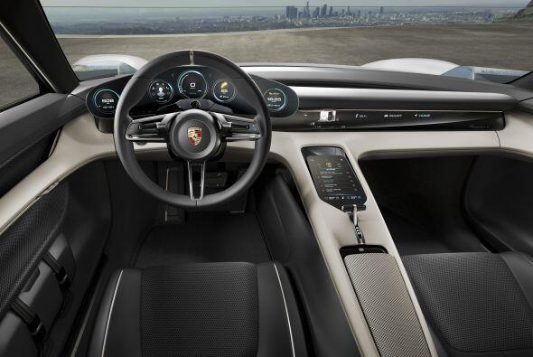 El interior del Porsche Mission E Concept cuenta con cuatro asientos ind...