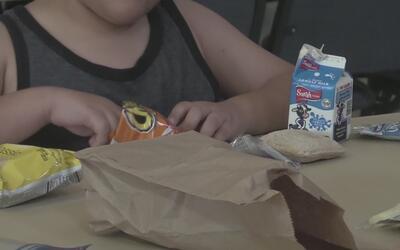 Programa ayuda a niños de escasos recursos a alimentarse durante el vera...