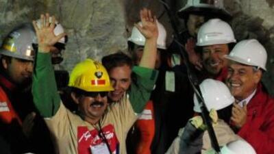 El minero Juan Illanes Palma en el momento que fue rescatado luego de 70...
