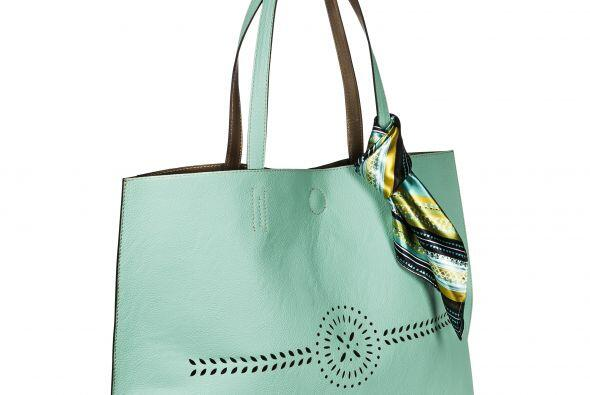 Para una mami 'fashionista este bolso de Merona en color menta con pa&nt...